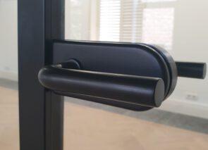 Zwart deurbeslag in glaswanden