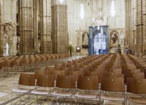 Curvy kerkstoel met nummering gekoppeld
