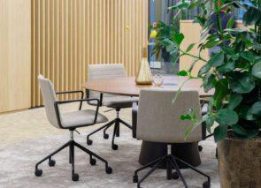 Flex Executive vergaderstoelen zijn in vele uitvoeringen leverbaar. Hier met lage rug en zwart swivel onderstel