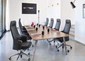 Hoge zwart lederen vergaderstoel - klassieke vergaderset - klassiek kantoor - directiekantoor