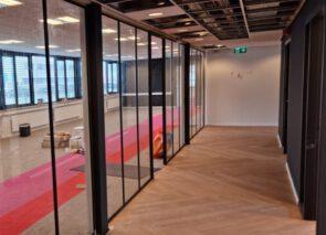 Visgraat-PVC-glaswanden-tapijttegels-bij-CWS