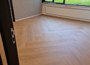 Visgraat-PVC-vloer-behang-zwarte-kozijnen