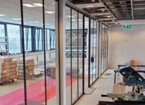 Werk in uitvoering - glaswanden worden geplaatst en tapijttegels gelegd